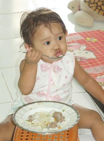Kintan makan Sop Bakso Telur