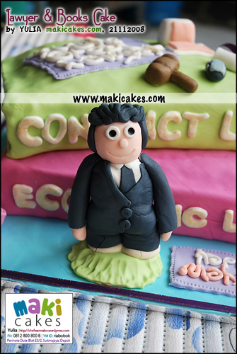 lawyer-books-cake_figurine-maki-cakes
