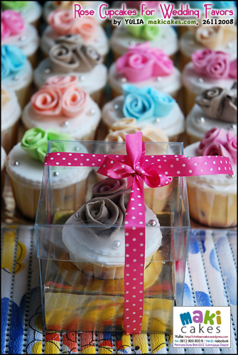 rose-cupcakes-for-wedding-favor-in-box-maki-cakes