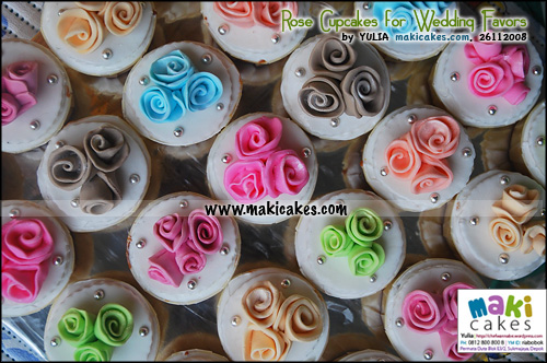 rose-cupcakes-for-wedding-favor_-maki-cakes