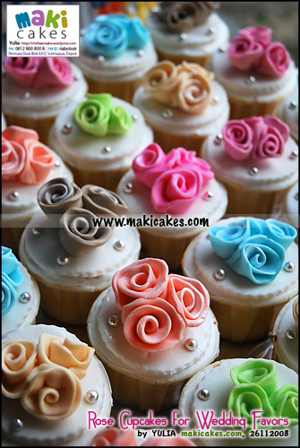 rose-cupcakes-for-wedding-favors-maki-cakes