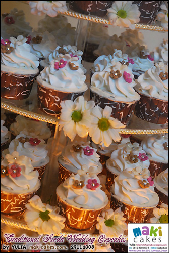 traditional-sunda-wedding-cupcakes_-maki-cakes