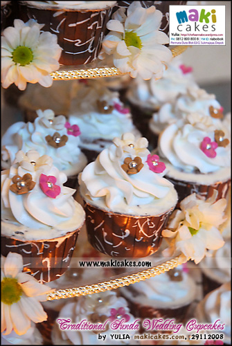 traditional-sunda-wedding-cupcakes__-maki-cakes