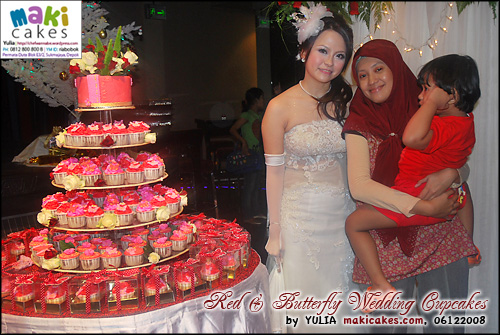 red-butterfly-wedding-cupcakes_with-bride-n-kintan-maki-cakes