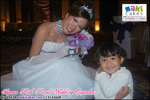 square-pink-purple-wedding-cupcakes_kintan-mariska-maki-cakes