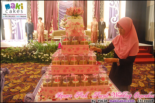 square-pink-purple-wedding-cupcakes_set-up-maki-cakes