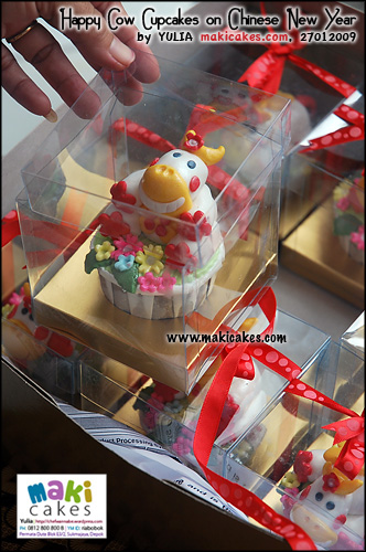 happy-cow-cupakes-on-cny-for-anna-_-size-maki-cakes