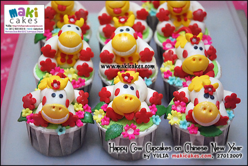 happy-cow-cupakes-on-cny-for-anna__-maki-cakes
