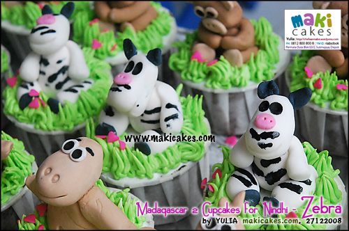 madagascar-2-cupcakes-for-nindhi_zebra-maki-cakes