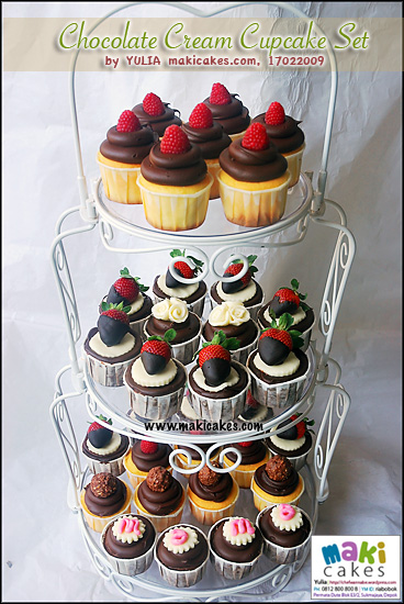 chocolate-cream-cupcake-set-maki-cakes