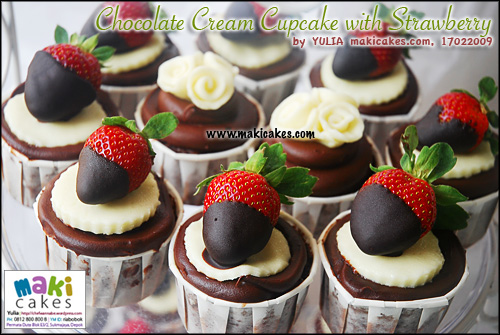 chocolate-cream-cupcake-with-strawberry-maki-cakes