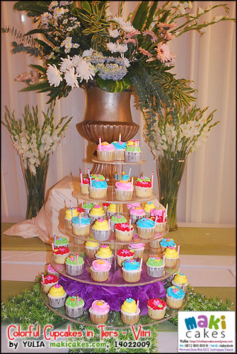 colorful-cupcakes-in-tiers_vitri_-maki-cakes