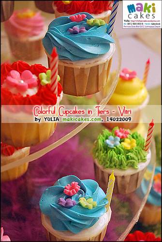 colorful-cupcakes-in-tiers_vitri___-maki-cakes