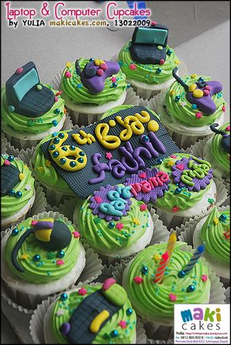 laptop-computer-cupcakes_-maki-cakes