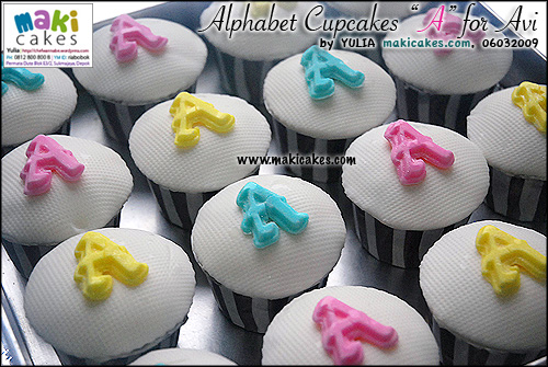 alphabet-cupcakes-a-for-avi-maki-cakes