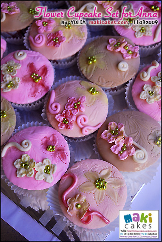 flower-cupcake-set-for-anna-maki-cakes