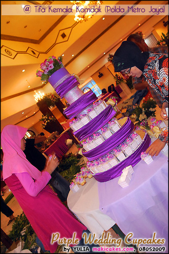 Purple Wedding Cupcakes_ setting di gedung - Maki Cakes