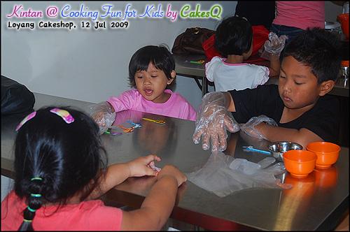 3- Pembagian hiasan @ Cooking Fun For Kids