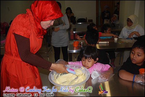 4- Memasukkan adonan ke cup @ Cooking Fun For Kids