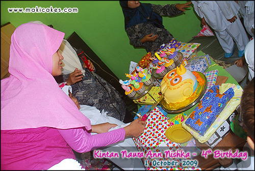 Birthday Kintan 2009 - Cutting Cake with Mama